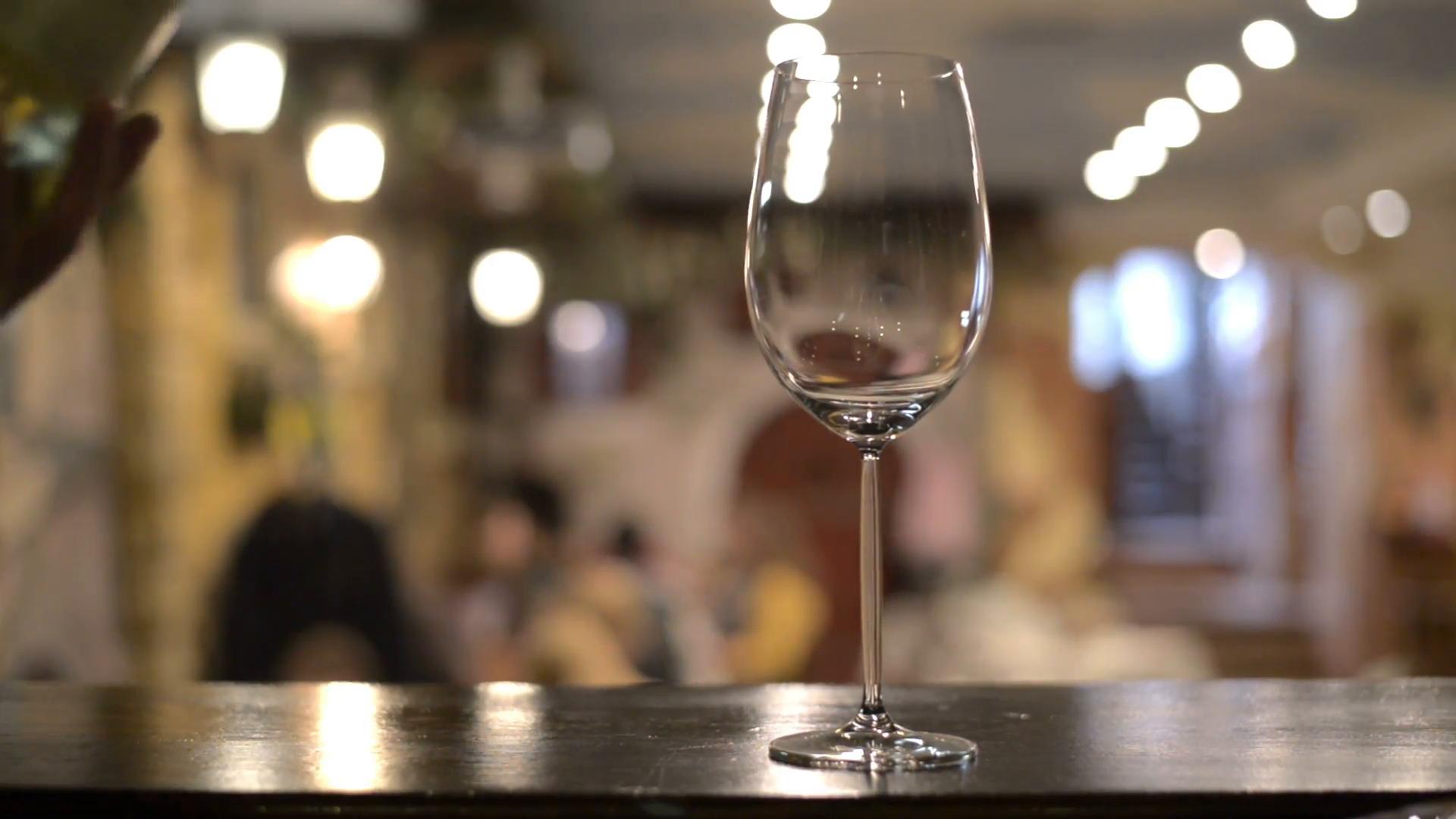 Milano come ti riempiono il bicchiere