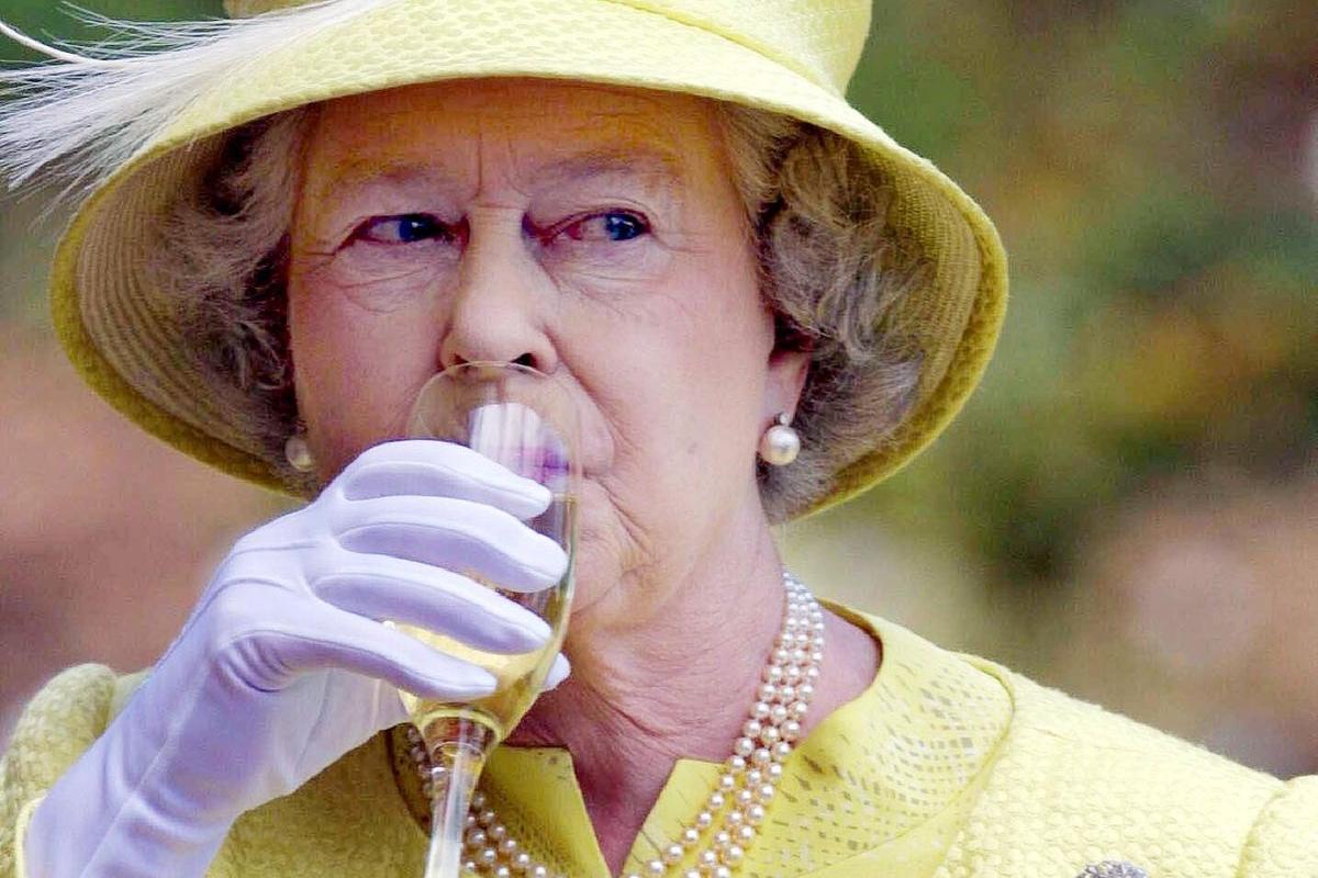 La Regina Elisabetta Produce Gin A Buckingham Palace